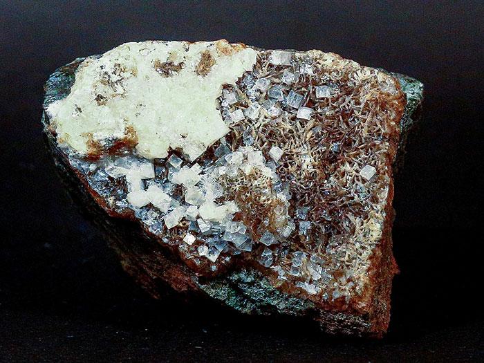 Апофиллит, стильбит-Са. Бывшая шахта 14-14бис (ныне «Красная шапочка). Размер образца 7х5см.