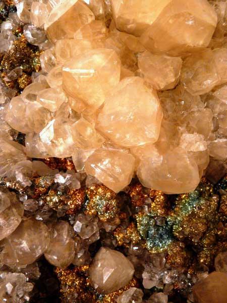 Кальцит, пирит с побежалостью. Друза кристаллов из карстовой полости в бокситах в блоке 15юг гор. -860м, шахта «Кальинская». Размер отдельных кристаллов до 5 см.