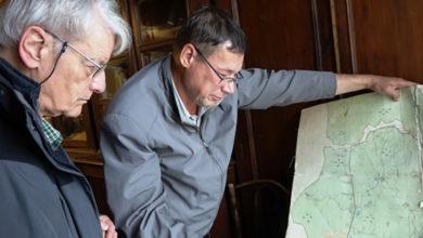 Профессор Пьер Перру и директор Федоровского геологического музея Юрий Гунгер за изучением старинных карт