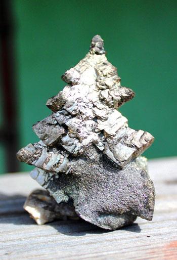 Скелетный кристалл пирита в форме елочки