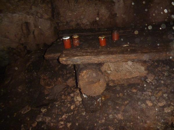 Стеллажи, сохранившиеся с походяшинских времен в пещере Счастливая (банки новые)