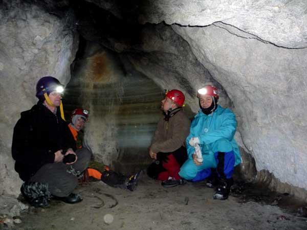 Валерий Шакаев (слева) в Ледяной пещере