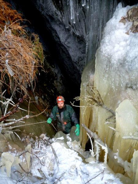 Вход в пещеру Старателей зарос льдом