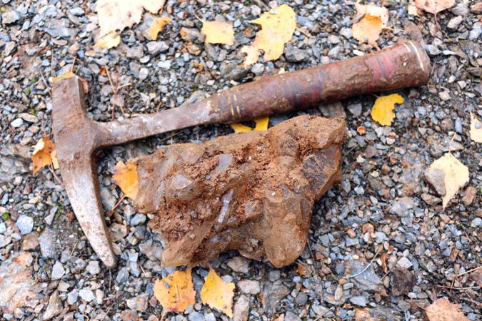 Друза горного хрусталя в занорной глинке