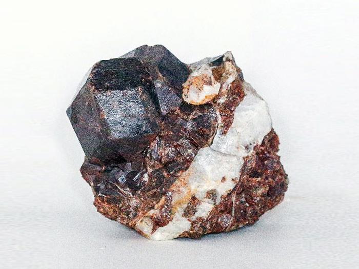 Гранат, андрадит, кварц Кристаллы около 3 сантиметров