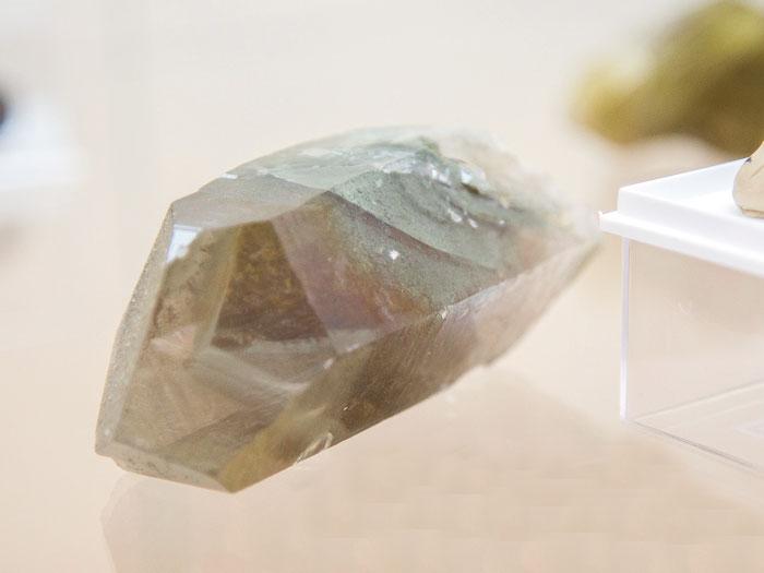 Фантомный кристалл кварца, отслеженный клинохлором. Гора Ярута (Республика Коми)