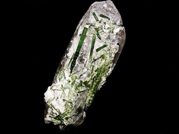 Зеленые турмалины на кристалле двухголового кварца. Paprok Mine, Kamdesh District, Nuristan Province, Афганистан