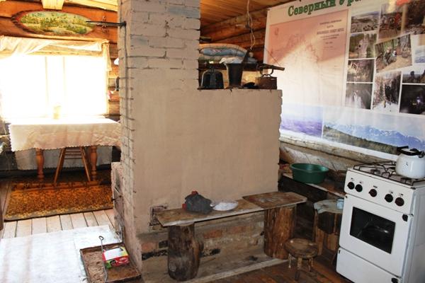 В домиках чисто и уютно, есть кирпичные печки, никаких современных материалов, только дерево. Есть газовая плита.