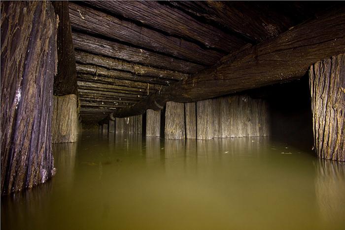 Выработки Устейского хромитового рудника заложены на глубине нескольких метров от поверхности
