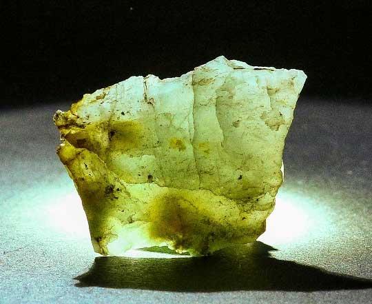 Галлуазит. Полупрозрачные выделения. Бывшая шахта 14-14бис (ныне «Красная шапочка»). Размер образца: 5х3,5см.