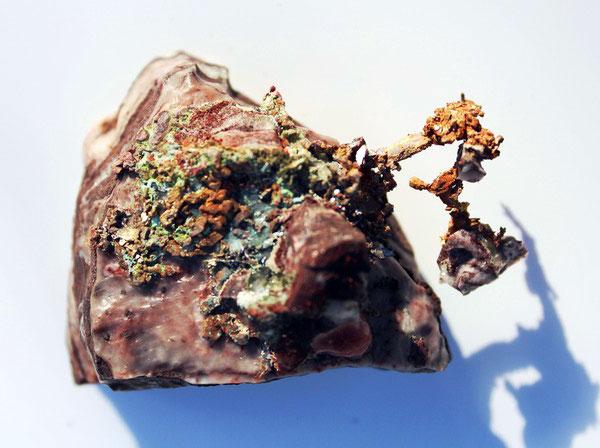 Самородная медь (дендритные образования в известняке)