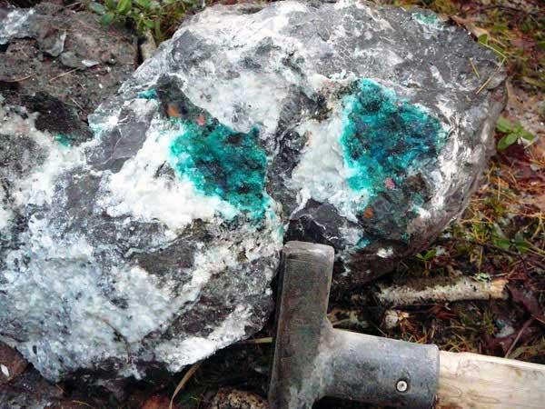 Хризоколла, медь самородная, куприт в известняке