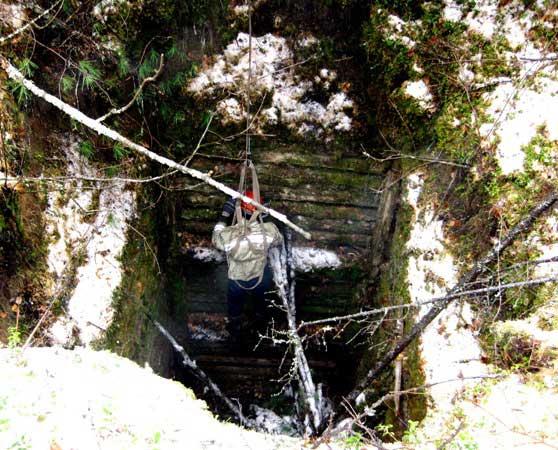 Спуск в старинную шахту