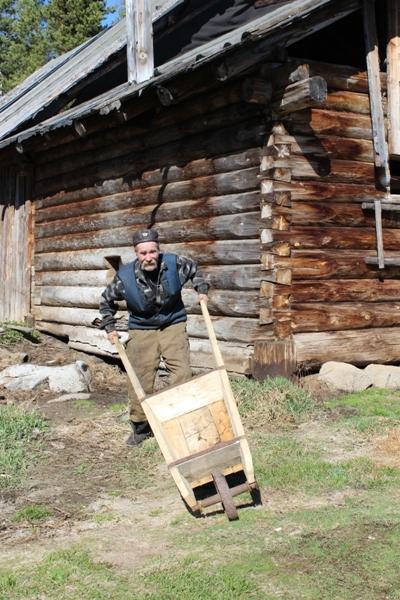 Старатель дядя Миша со старинной тачкой