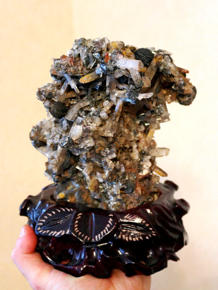 Друза кварца с пластинчатыми сростками кристаллов гематита, Китай. Дар С.М. Миронова