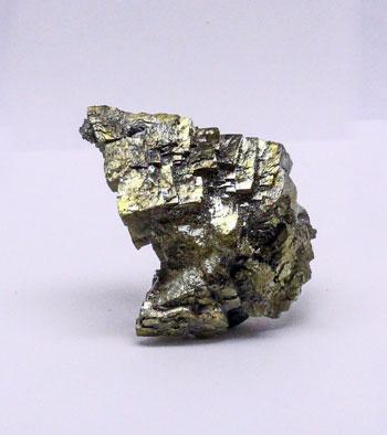 Искаженный (вытянутый) кристалл пирита