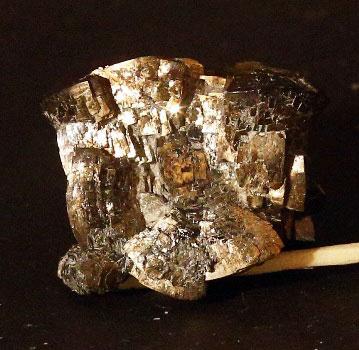 Скелетный кубический кристалл пирита